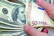 Dolarul scade faţă de leu