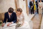 Căsătorii doar cu mirii  şi martorii