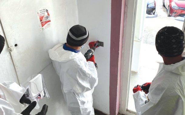 A început montarea de dispensere în scări de bloc