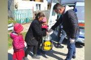 Voluntarii au dus ajutoare celor nevoiaşi
