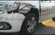 A intrat cu motocicleta în mașina de poliție