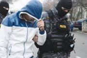 Arestaţi că vindeau  droguri liceenilor