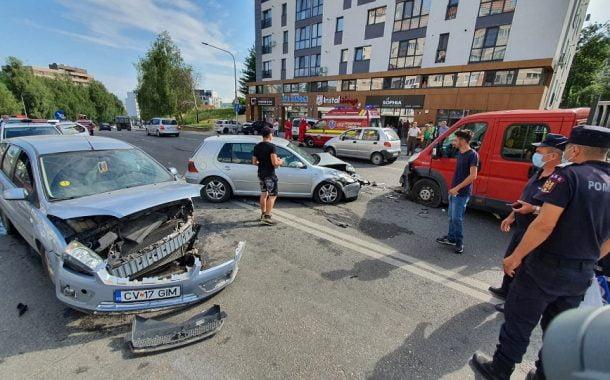 Trei mașini s-au lovit în Craiovei! Un şofer este băut!