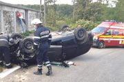 S-a răsturnat cu maşina în curbă