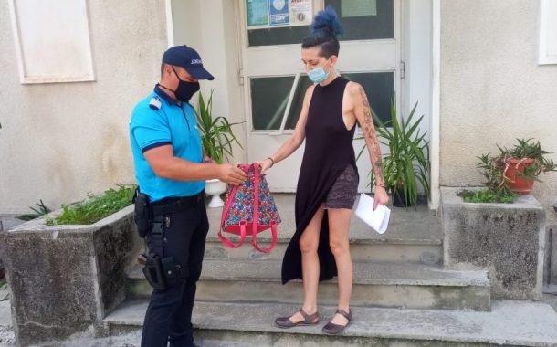 Jandarmii i-au găsit tinerei rucsacul furat