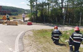 Muncitorii care băgau canalizarea au spart ţeava de gaze!