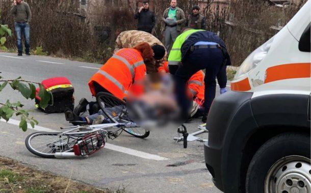 A lovit cu mașina două biciclete!