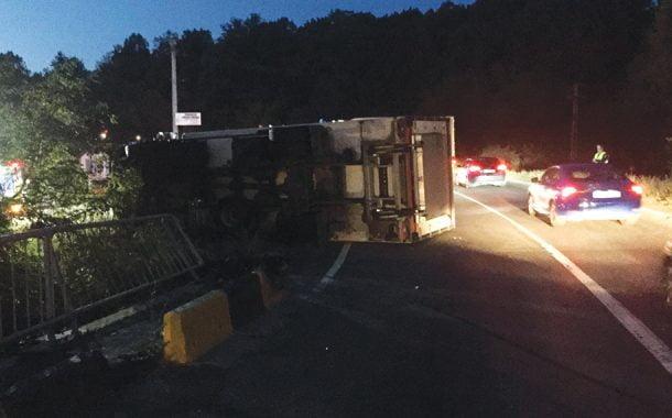 Camion răsturnat de un autoturism