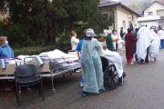 Pacienți imobilizați, evacuați cu patul!