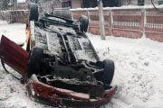 Mașina transformată în sanie s-a răsturnat!