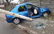 A rupt stâlpul cu mașina!