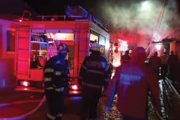 A incendiat mașina și i-a ținut pe pompieri la poartă!