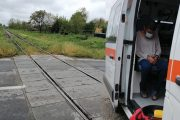 Bărbat culcat pe calea ferată, salvat de locali!