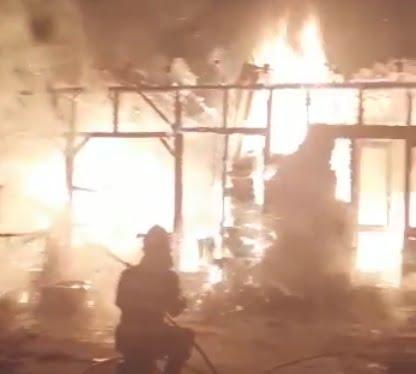 Casă şi depozit arse la Călineşti, în această dimineaţă