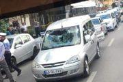 Adolescent luat pe capotă de o maşină!