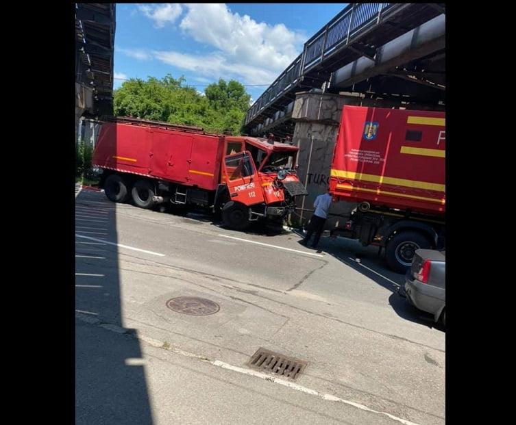 Maşina de pompieri implicată în accident!