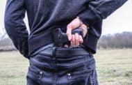 Și-a amenințat consătenii cu pistolul și sabia!