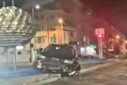 A lovit două mașini a fugit, și s-a oprit pe scuar