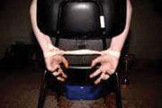 Legat de scaun şi torturat pentru datorie!