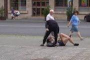 Mamă şi fiică bătute pe stradă de un adolescent!