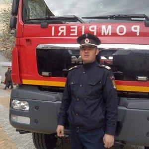 Incendiu la o mașină stins de un pompieri aflat în trecere!