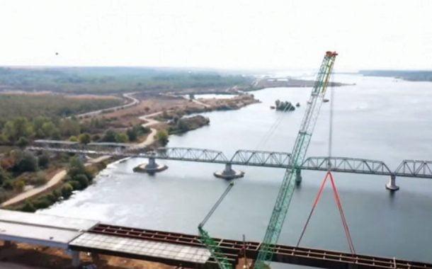 A fost montat tablierul celui mai mare pod